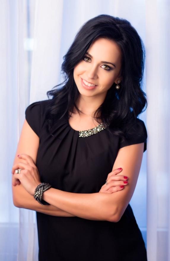 winning interior designer lifestyle expert and editor vanessa deleon